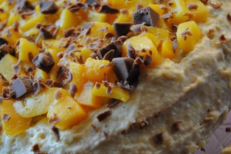 Tort z kremem z kaszy jaglanej i z brzoskwiniami