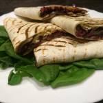 Quesadilla z czerwoną cebulą i pieczarkami portobello
