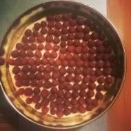 Tarta z mascarpone, białą czekoladą i malinami