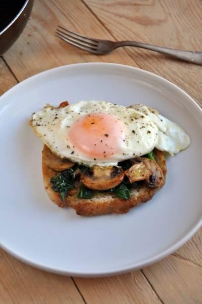 Grzanka ze szpinakiem, pieczarkami i jajkiem sadzonym