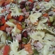 Sałatka z makaronu, kurczaka, fasoli i ogórka