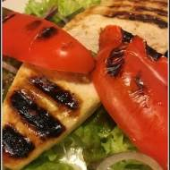 Sałatka z grillowanym kurczakiem i papryką.