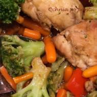Pieczone udźce kurczaka z warzywami