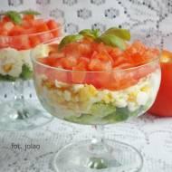 Sałatka warstwowa z brokułem, jajkiem i pomidorem