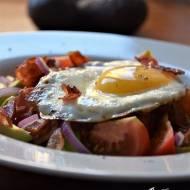 Jajko sadzone na warzywach i awokado