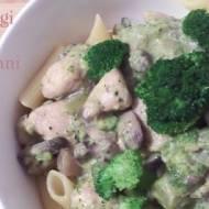 Makaron z kurczakiem i brokułami w sosie śmietanowym
