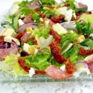 Sałatka z mixem sałat, salami, suszonymi pomidorami i  mozzarellą + film