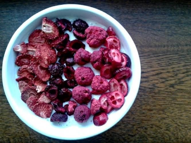 Smoothie bowl z liofilizowanymi owocami