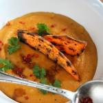 Zupa z batatów i marchewki z chipsami