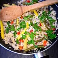 Smażony ryż z fasolką, jajkiem, pieczarkami i papryką