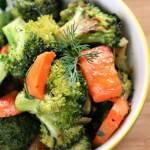 Warzywa z patelni: marchewka z brokułem i rukolą