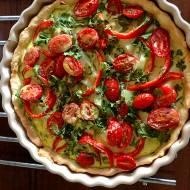 Tarta ze szpinakiem papryką i pomidorami na cieście bezglutenowym.