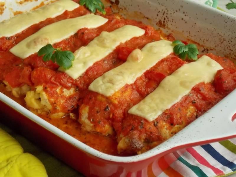 Drobiowe roladki z cieciorką zapiekane w pomidorach