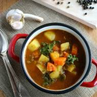 Gęsta warzywna zupa gulaszowa z jarmużem