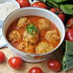 Pulpeciki z porem i czerwoną cebulą w sosie pomidorowym