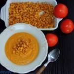 Zupa z pieczonej dyni i pomidorów z kukurydzą z chili