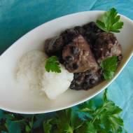 Gulasz mięsny z czarną fasolą.