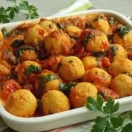 Kuleczki z ciecierzycy w sosie pomidorowym ze szpinakiem