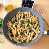 Makaron z makrelą, oliwkami, anchois i kaparami (Pasta con sgombro, olive, acciughe e capperi)