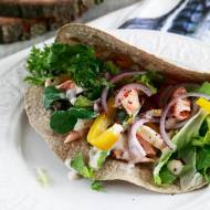 Pełnoziarnista tortilla z łososiem i papryką z jogurtowym sosem