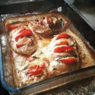 Sałatka caprese w piersi z kurczaka
