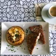 Śniadanie – tosty z łososiem i jajka w kokilkach
