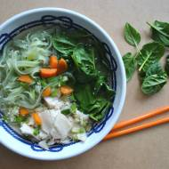 Zupa rybna ze szpinakiem, makaronem i olejem sezamowym