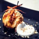 Marynowane pieczone jabłko / chrust z marchewki / galaretka z mleka kokosowego / prażone migdały