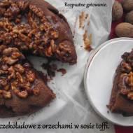 Ciasto czekoladowe z orzechami w sosie toffi.