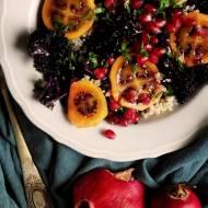 Sałatka z quinoą, fioletowym jarmużem, tamarillo i granatem