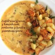 Zupa warzywna z kminkiem, podana z kostką ziemniaczaną