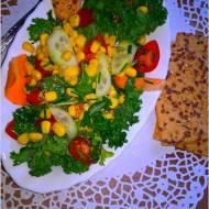 Zdrowa sałatka z kukurydzą, ogórkiem, pomidorkami i zielonym miksem