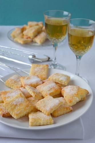 Serowe ciasteczka posypane cukrem.