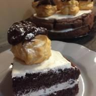 Tort czekoladowo -kawowy z profiterolkami.