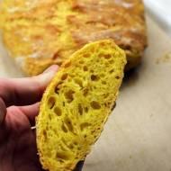 Chleb z garnka z kurkumą i serem
