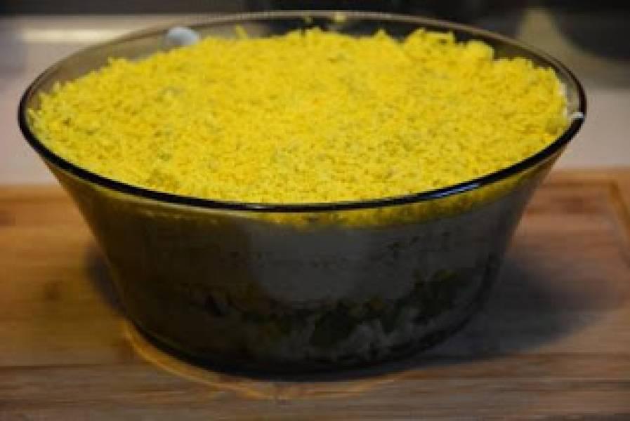 Przepis Na Warstwowa Salatka Z Jajek Tunczyka Kukurydzy I
