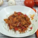 Ryż z warzywami i kurczakiem w sosie pomidorowym (z piekarnika)