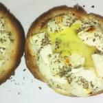 Zapiekana bułka z jajkiem i fetą