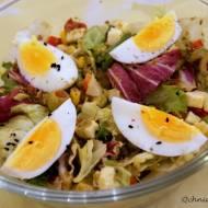 Sałatka z serem, jajkami i czarnuszką