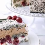 Tort makowy z wiśniami, przekładany bitą śmietaną z czekoladą