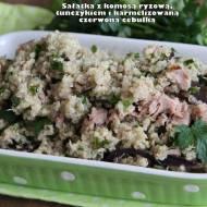 Sałatka z komosą ryżową, tuńczykiem i karmelizowaną czerwoną cebulką