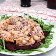 Tatar z łososia na pieczonych buraczkach, podawany z sosem jogurtowo-malinowym