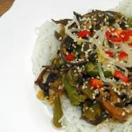 Makaron ryżowy z kurczakiem  i grzybami mun.