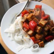 Tofu w sosie słodko kwaśnym z makaronem ryżowym