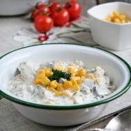 Śledzie w sosie śmietanowo-majonezowym, z koperkiem, kiszonym ogórkiem i kukurydzą