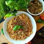 Spaghetti z sosem pomidorowym i ziołową posypką chlebową