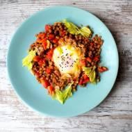Fasola mung w pomidorach z jajkiem na pożywne śniadanie