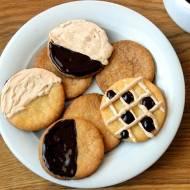 Kruche ciasteczka z czekoladą lub bezą lub jednym i drugim