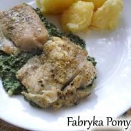 Pieczona ryba podana na szpinakowej kołderce (ryba z sosem szpinakowym)