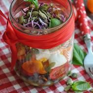 Sałatka z warzywami i ryżem w słoiku
